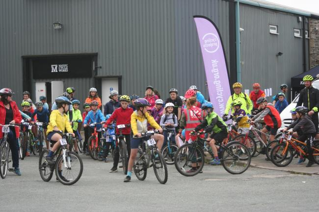 The group ready to begin the Kendal-Staveley cycle