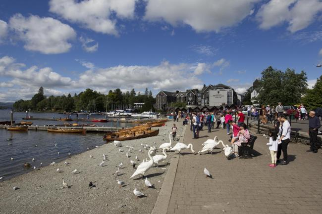 Lake Windermere Cumbria 6th August 2015 UK Weather .Afternoon Sun & tourists at Bowness Bay on Lake Windermere© Gordon Shoosmith/Alamy Live News.